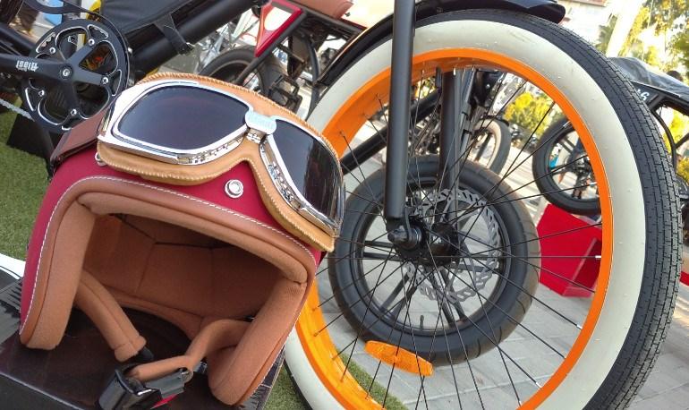 Πολλά εκλεπτυσμένα ηλεκτρικά ποδήλατα με vintage αισθητική.