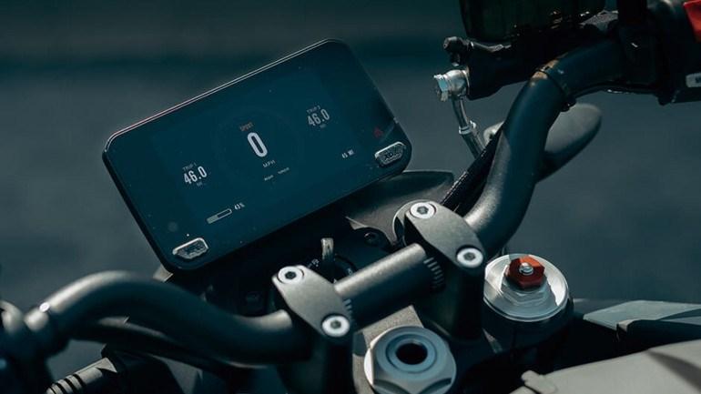 Η TFT οθόνη συνδέεται μέσω bluetooth με το smartphone και μπορείς να διαχειριστείς πολλές λειτουργίες της μοτοσικλέτας.